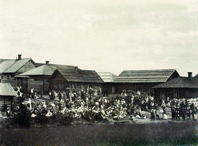 3. Богомольцы в Спасском монастыре. Фото 1889-1891 годов