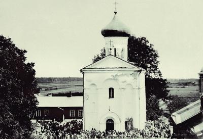 2.Прихожане у древней церкви в Спасском монастыре. Фото 1889-1891 годов